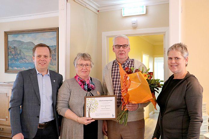 Frá vinstri: Helgi Kjartansson, oddviti, Elinborg Sigurðardóttir, Guðmundur Ingólfsson og Agnes Geirdal formaður umhverfisnefndar. Myndina tók Jóna Kolbrún Helgadóttir.