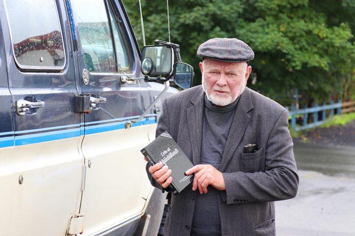 Gunnar frá Heiðarbrún með bókina Leitin að Njáluhöfuni.